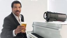 Lionel Ritchie drinks beer